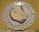 Lángos - A kész tejfölös-sajtos lángos tányéron.