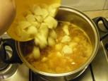 Lebbencsleves - Borítsd a krumplikockákat a lebbencslevesbe!