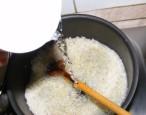 Gombás rakott káposzta - Önts a rizsre 1 csésze meleg vizet!