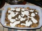 Gombás rakott káposzta - Kanalanként adagolva borítsd be a bazsalikomos gombát tejföllel!