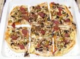 Pizza - Kész (szalámis), tepsiben, felvágva.