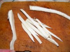 Zelleres zabpehelygolyó - Vágd fel hosszában a két petrezselyemlapot vékony csíkokra!