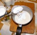 Aranygaluska - Szórj az élesztős tejbe 1 evőkanál porcukrot!