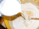 Aranygaluska - Öntsd a langyos tejet a tésztához!