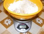 Aranygaluska - Mérj a darált dióhoz 25 dkg porcukrot!