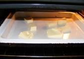 Császármorzsa - A vajat a tepsivel tedd be a sütőbe olvadni!