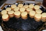Szilveszter sütemény - Rendezd egy szép tálcára az összeragasztott karikákat!