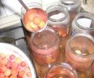 Cseresznyebefőtt - Egyenletesen merd ki az üvegekbe a forró cseresznyét!