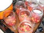 Cseresznyebefőtt - Az első adaggal félig telnek meg az üvegek.