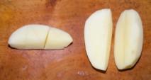 Savanyú krumplileves - Negyedeld fel a hámozott krumplit!