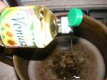 Lecsó - Önts 2 dl olajat egy kb. 5 literes lábosba!