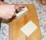 Tofus tortilla - Vágd fel a tofu tömböt 1 cm vastag lapokra!