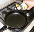 Tofus tortilla - Önts 3 evőkanálnyi olajat egy serpenyőbe!