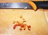 Tofus tortilla - Vágd apróra a 2 chilipaprikát!