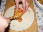 Tofus tortilla - Rakj egy töltelék-csíkot a tortilla közepére!