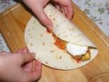Tofus tortilla - Hajtsd rá a tortilla-lap egyik felét a töltelékre!