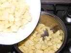 Savanyú krumplifőzelék - Öntsd a krumplit egy kb. 4 literes lábosba!