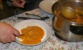 Savanyú krumplifőzelék - Merj egy kevés főzeléket a tejfölre, és jól keverd el vele!