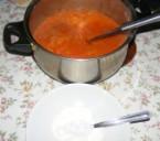Paradicsomos káposztafőzelék - Tégy egy tányérba 2 kanál tejfölt, és tedd a tányért a főzelékes lábos mellé.