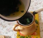 Csalán-menta tea - Szűrd le a teát egy kancsóba!