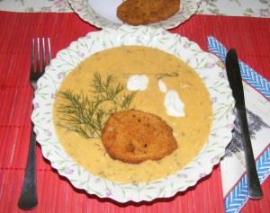 Tökfőzelék - Kész, tányérban, rántott krumplival.
