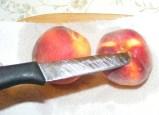 Őszibarack turmix - Hegyes késsel szúrj bele a héjba, hogy meg tudd kezdeni a hámozást!