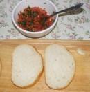 Paradicsomos-bazsalikomos bruschetta - Vágj 2 szelet kenyeret!
