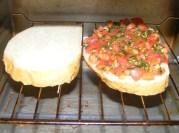 Paradicsomos-bazsalikomos bruschetta - Egy üres és egy megkent kenyeret tégy oda pirulni a mini grillsütőbe!