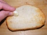 Paradicsomos-bazsalikomos bruschetta - Dörzsöld be fokhagymával a pirítós kenyeret!