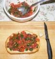 Paradicsomos-bazsalikomos bruschetta - Az egyik kenyér kész.