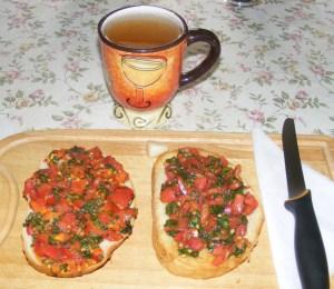 Paradicsomos-bazsalikomos bruschetta - Kész, 2 szelet kenyér.