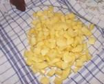 Szójabrassói - A krumplikockák a konyharuhán.
