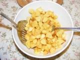 Szójabrassói - 2 kanálféle segítségével keverd össze a krumplit a sóval!