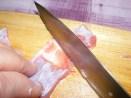 Marhapörkölt - A húscsík jobb feléről kapard le a húst jobbra, a kövéren vezetve a kést.