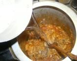 Marhapörkölt - Öntsd fel a zsírjára sült húst a fél liter forró vízzel!