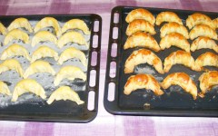 Pozsonyi patkó -Az egyik tepsi kifli már kész, a második pedig már mehet a sütőbe.