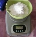 Piskótatorta eperrel - Mérd ki a krémhez való 20 dkg porcukrot!