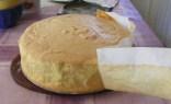 Piskótatorta eperrel - Húzd le a sütőpapírt a torta oldaláról!