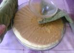 Piskótatorta eperrel - Fordítsd fel a tortatartót, hogy a sütőlapon álljon a torta!
