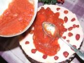 Piskótatorta eperrel - Közepétől kifele haladva terítsd szét a zselét a tortán!