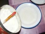 Rántott krumpli - Tégy egy tányérba kb. 10 dkg lisztet, a panírozáshoz!