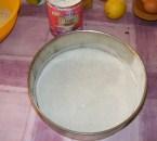 Diótorta - Egyenletesen oszlasd el a lisztet a tortaforma alján!