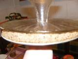 Diótorta - Tedd a felfordított tortatartót a sütőlapon nyugvó tortára!