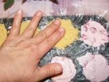 Epres krémtúró muffinformában - Az ujjaddal nyomkodd-lapítsd rá a kekszet a túróra!