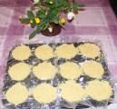 Epres krémtúró muffinformában - Készen van a 12 keksz-talp.