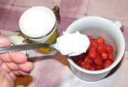 Epres krémtúró muffinformában - Szórj az eperre egy evőkanál porcukrot!