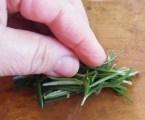 Juhtúróval töltött sült gomba - Gyűjtsd egy kupacba a rozmaringleveleket a vágáshoz!