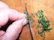 Sajt-tekercs - Vágd fel apróra a borsikafű-leveleket!