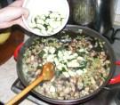 Quiche - francia pizza - Borítsd a cukkinit a serpenyőbe, a többi zöldséghez!