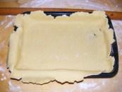 Quiche - francia pizza - A tepsibe rendezett nyers tészta.